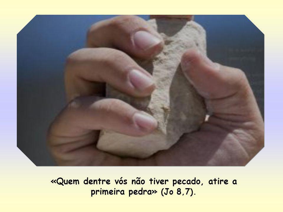 Mas, Jesus, que estava abaixado e traçava sinais no chão com o dedo – demonstrando assim sua tranquilidade –, levantou-se e disse: