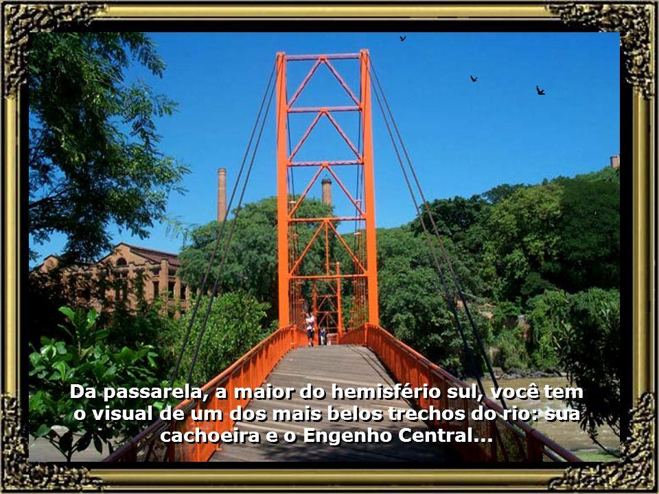 Passarela Pênsil em estruturas de madeira (eucalipto citriodora), sustentada por cabos de aço, com 78 m. de vão livre e 105 m. de comprimento, ligando