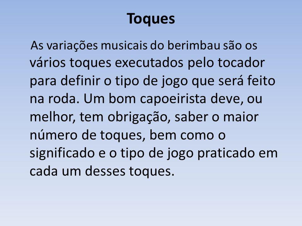 Toques As variações musicais do berimbau são os vários toques executados pelo tocador para definir o tipo de jogo que será feito na roda.