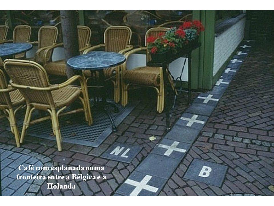 Café com esplanada numa fronteira entre a Bélgica e a Holanda