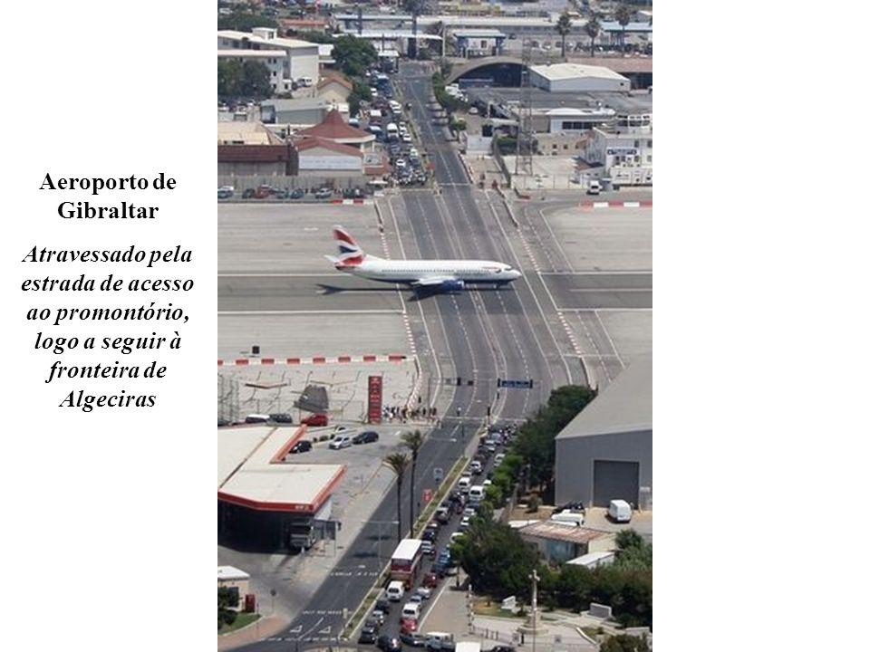 Aeroporto de Gibraltar Atravessado pela estrada de acesso ao promontório, logo a seguir à fronteira de Algeciras