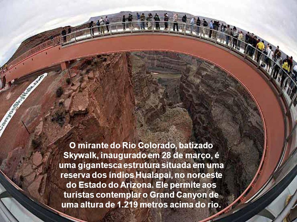 O mirante do Rio Colorado, batizado Skywalk, inaugurado em 28 de março, é uma gigantesca estrutura situada em uma reserva dos índios Hualapai, no noro
