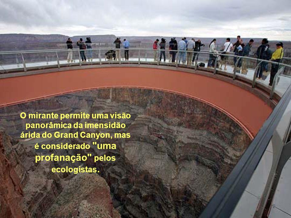 O mirante permite uma visão panorâmica da imensidão árida do Grand Canyon, mas é considerado