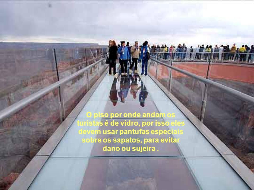 O piso por onde andam os turistas é de vidro, por isso eles devem usar pantufas especiais sobre os sapatos, para evitar dano ou sujeira.