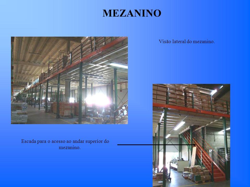 Visão lateral do mezanino. Escada para o acesso ao andar superior do mezanino. MEZANINO