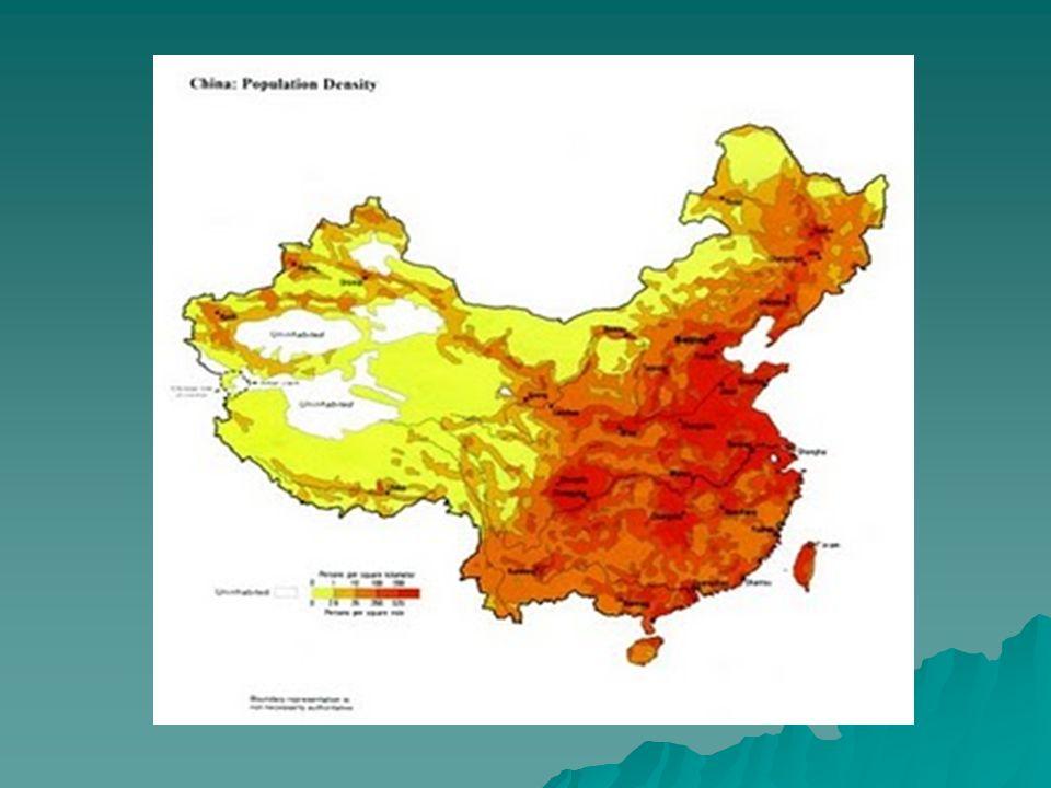 Etnias chinesas Etnias chinesas Verdadeiro mosaico étnico; Verdadeiro mosaico étnico; Nas planícies orientais vive o povo chinês ou han – 92% da população total; Nas planícies orientais vive o povo chinês ou han – 92% da população total; Etnia han é a única que se considera verdadeiramente chinesa (unidade histórica e cultural); Etnia han é a única que se considera verdadeiramente chinesa (unidade histórica e cultural); Nas demais províncias vivem outras etnias como mongóis, tibetanos, populações de língua turca, muçulmanos; Nas demais províncias vivem outras etnias como mongóis, tibetanos, populações de língua turca, muçulmanos; Vale lembrar que quando se fala em minoria na China, pode-se ter um número expressivo, com milhões de pessoas, por exemplo, os muçulmanos na parte noroeste já somam cerca de 30 milhões de pessoas.