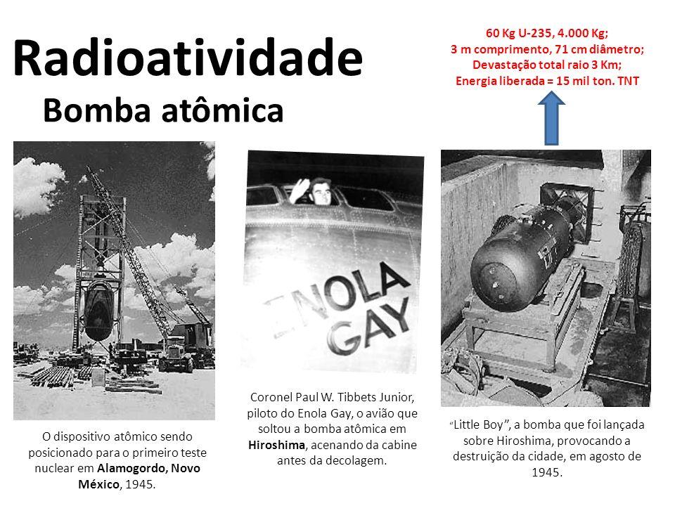 Bomba atômica Radioatividade O dispositivo atômico sendo posicionado para o primeiro teste nuclear em Alamogordo, Novo México, 1945. Coronel Paul W. T