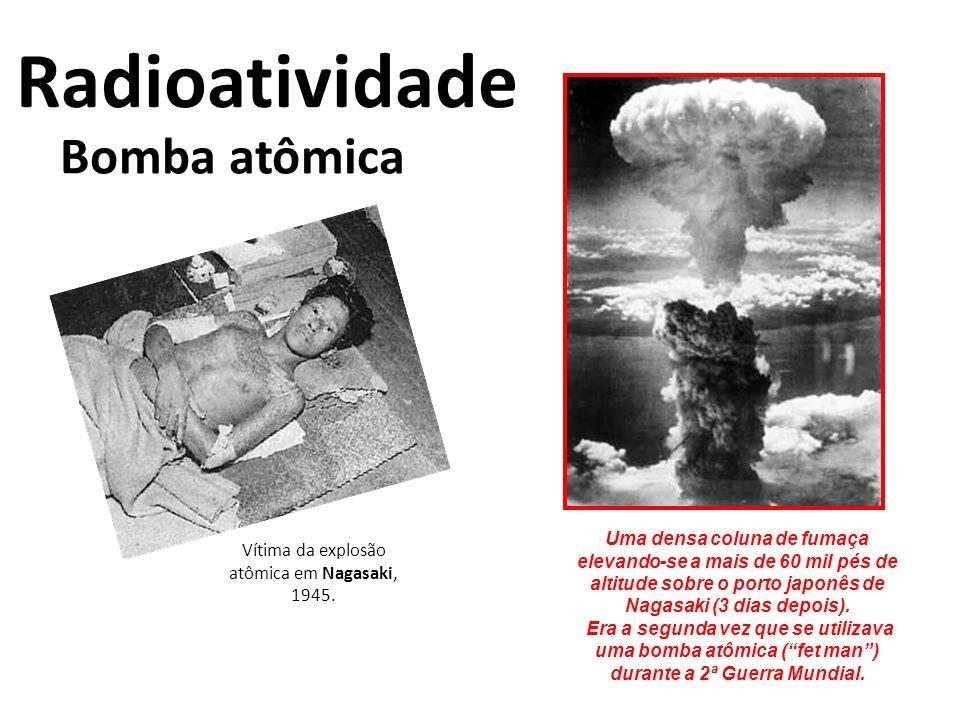 Bomba atômica Radioatividade Vítima da explosão atômica em Nagasaki, 1945. Uma densa coluna de fumaça elevando-se a mais de 60 mil pés de altitude sob