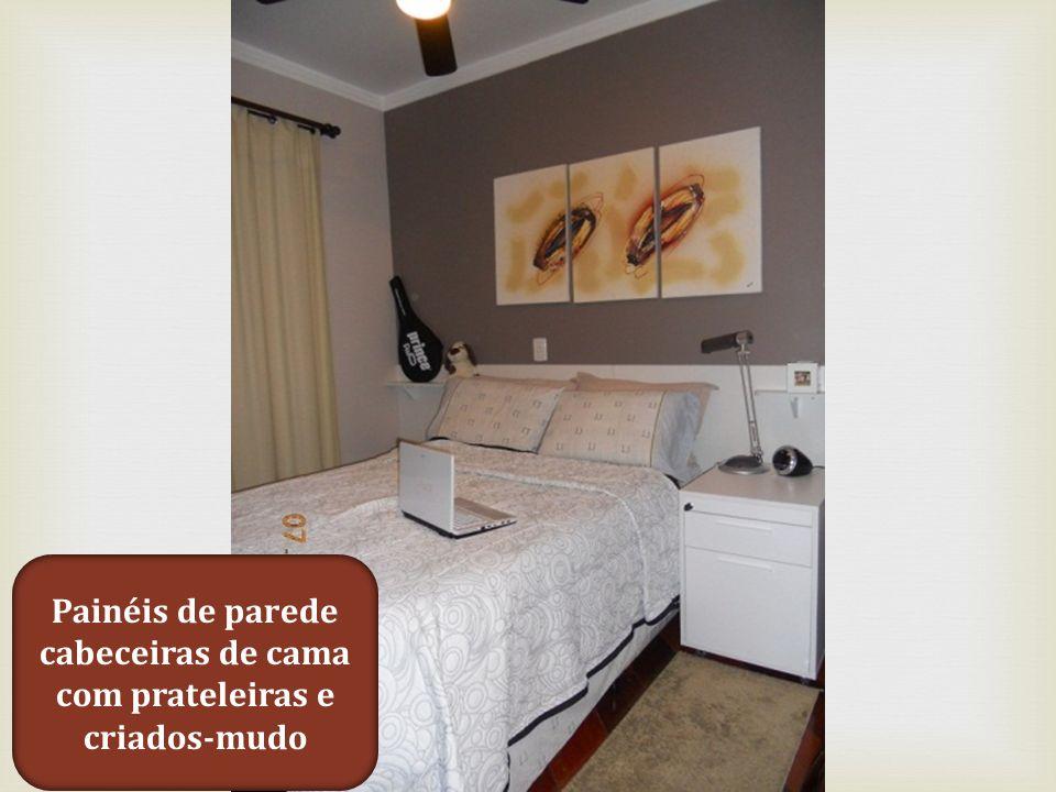 Painéis de parede cabeceiras de cama com prateleiras e criados-mudo
