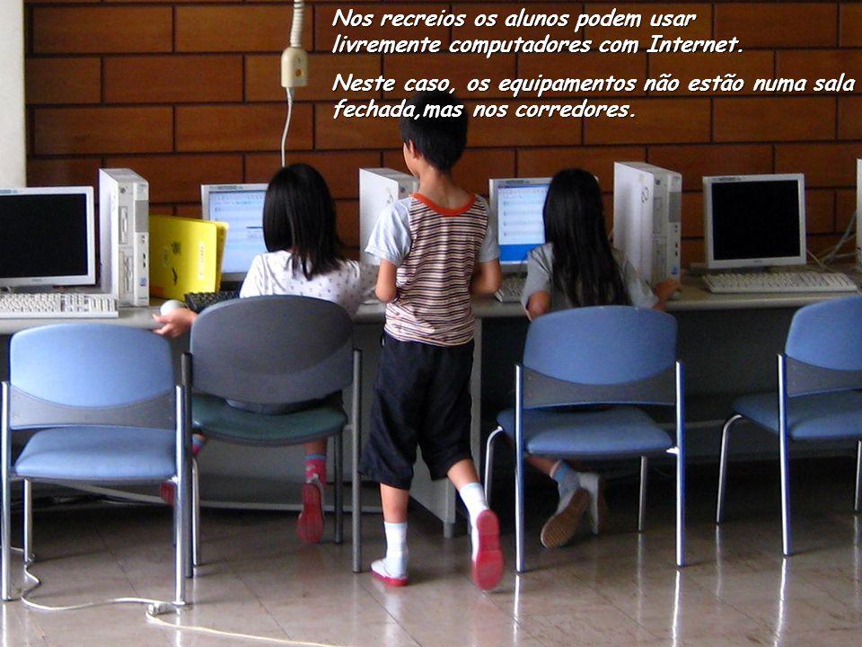 Cada cadeira do aluno com sua lixeira.