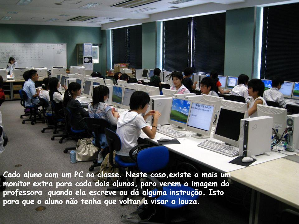 Nos recreios os alunos podem usar livremente computadores com Internet.