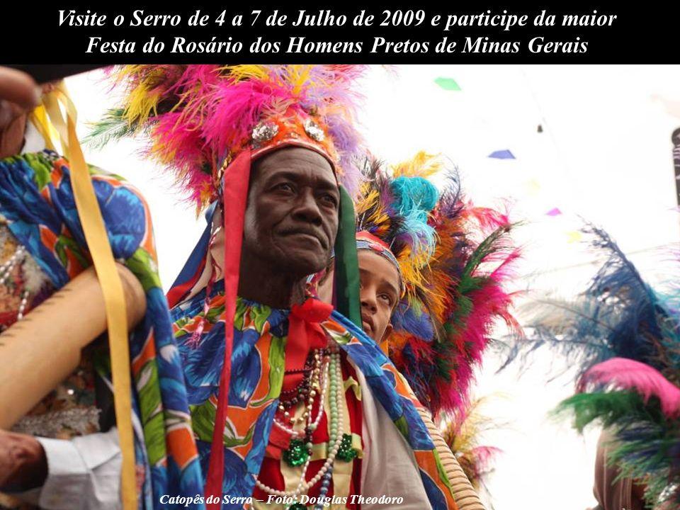 Foto: Douglas Theodoro O som triste abre a festa e, após o ritual, a Caixa de Assovios circula pelas ruas da cidade, acompanhada pelos fiéis, em direção à casa dos festeiros.