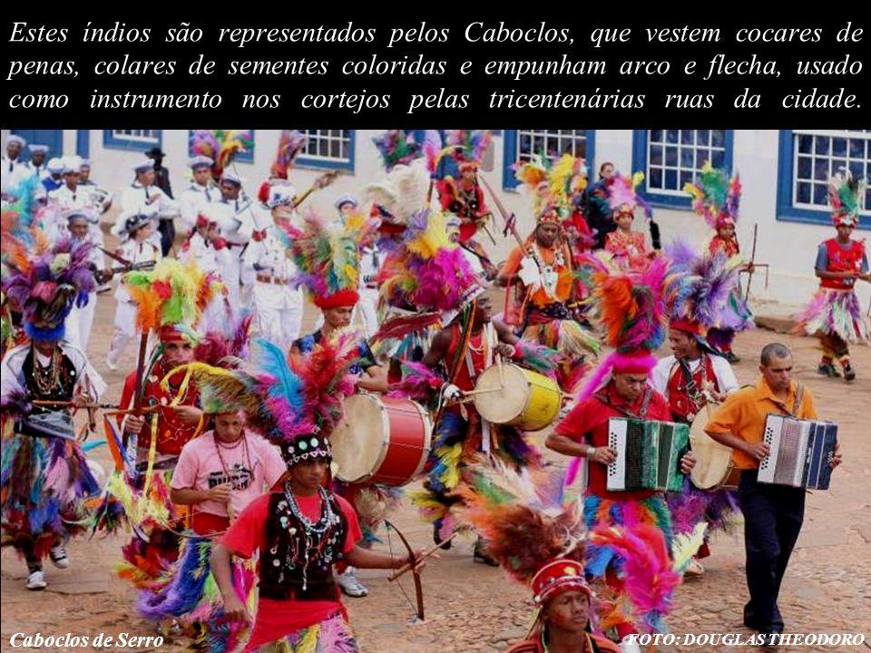 Estes índios são representados pelos Caboclos, que vestem cocares de penas, colares de sementes coloridas e empunham arco e flecha, usado como instrumento nos cortejos pelas tricentenárias ruas da cidade.