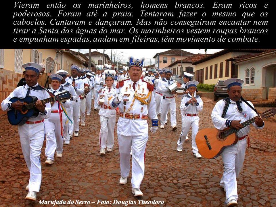 Vieram então os marinheiros, homens brancos.Eram ricos e poderosos.