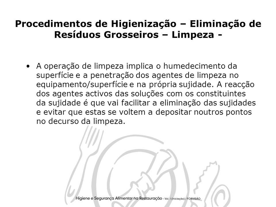 25 Procedimentos de Higienização – Eliminação de Resíduos Grosseiros – Limpeza - A operação de limpeza implica o humedecimento da superfície e a penetração dos agentes de limpeza no equipamento/superfície e na própria sujidade.