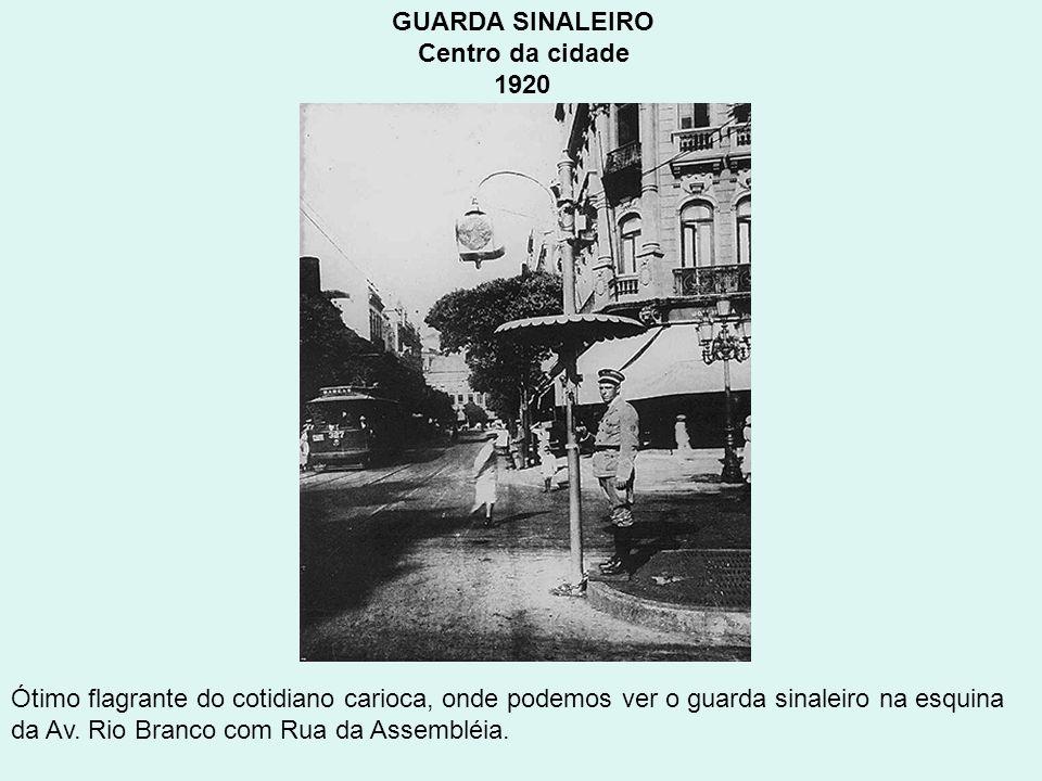 GUARDA SINALEIRO Centro da cidade 1920 Ótimo flagrante do cotidiano carioca, onde podemos ver o guarda sinaleiro na esquina da Av. Rio Branco com Rua