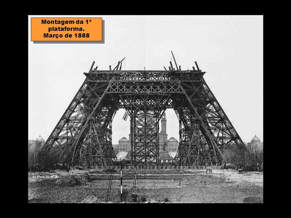 A montagem das colunas começou em 1 de Julho de 1887, terminando o trabalho 21 meses mais tarde. Todos os elementos foram preparados na fábrica de Lev