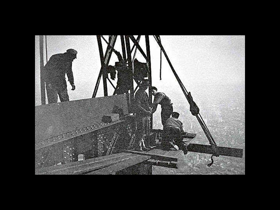 Todas as partes metálicas da torre são unidas com rebites, método de construção usado na época em que se levantou a torre. As uniões foram fixadas pro