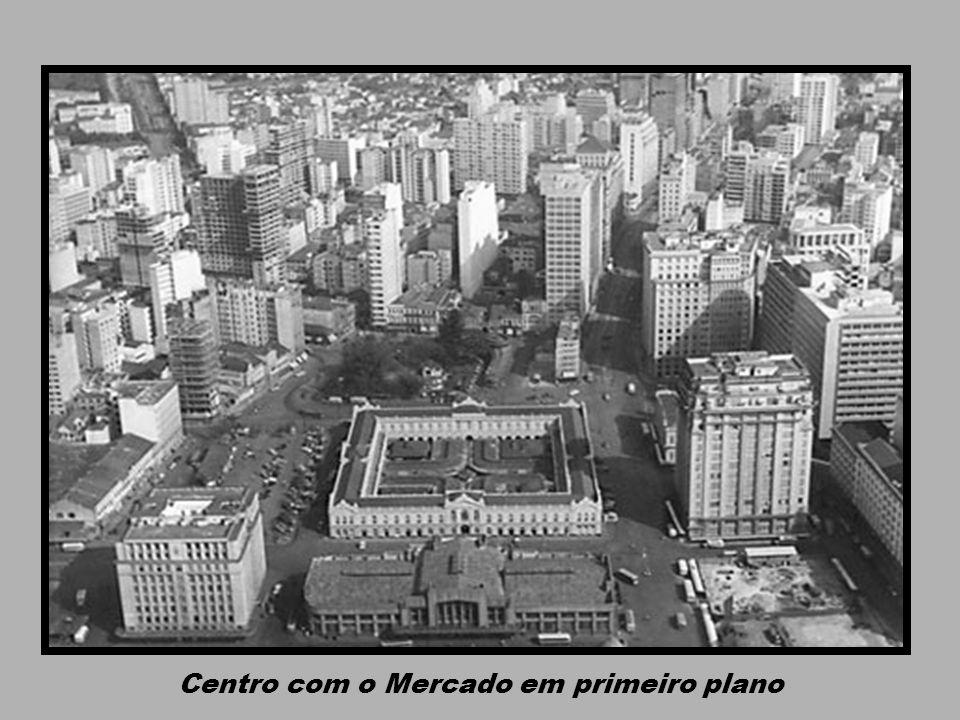 Centro com o Mercado em primeiro plano