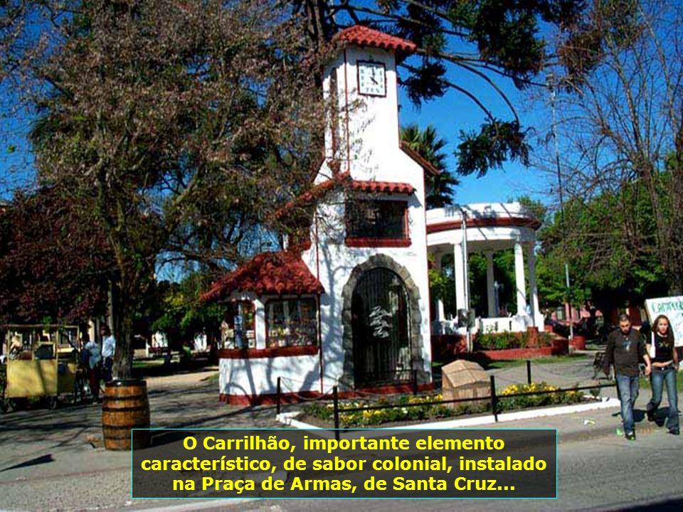 O passeio pela pequena e graciosa Santa Cruz, apreciando a beleza de sua Praça de Armas, com seus jardins floridos, suas vinícolas, com mais de 27 vin