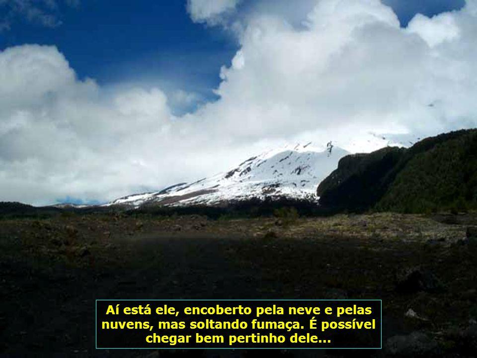 Estrada em direção ao Vulcão Villarica, com 2847 m de altura, um dos sete mais ativos do mundo, todo encoberto pela neve. Até mesmo as estradas são ro