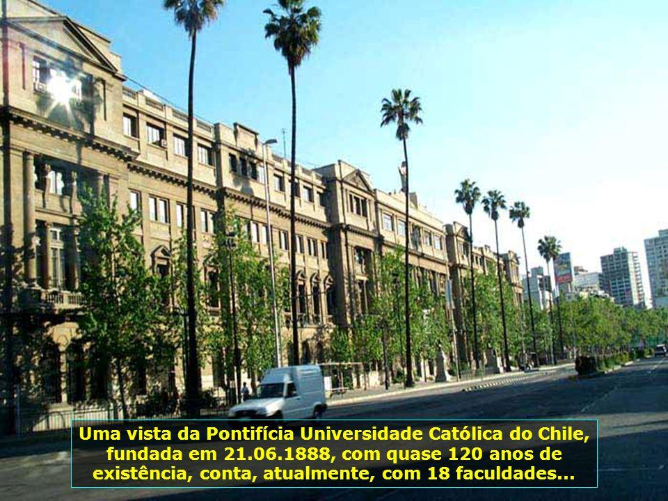 Uma vista da Pontifícia Universidade Católica do Chile, fundada em 21.06.1888, com quase 120 anos de existência, conta, atualmente, com 18 faculdades...