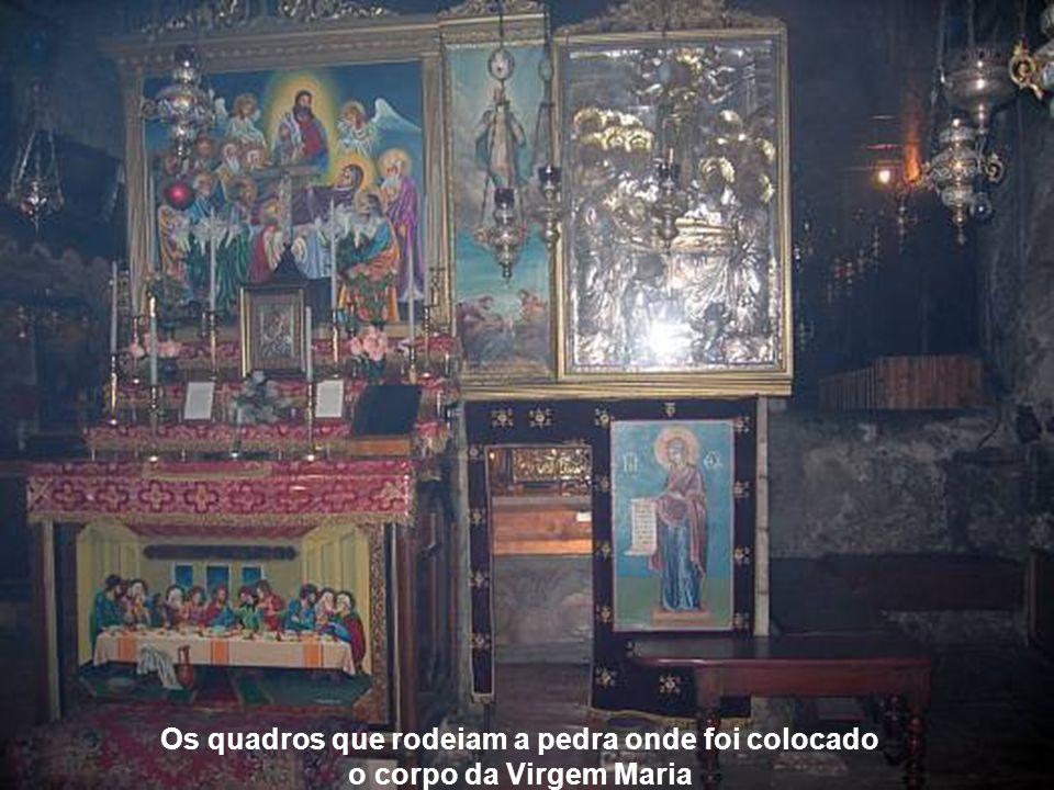 Lugar onde o corpo da Virgem Maria descansou por três dias, na rocha de cor castanha clara, debaixo do mármore das ofertas.