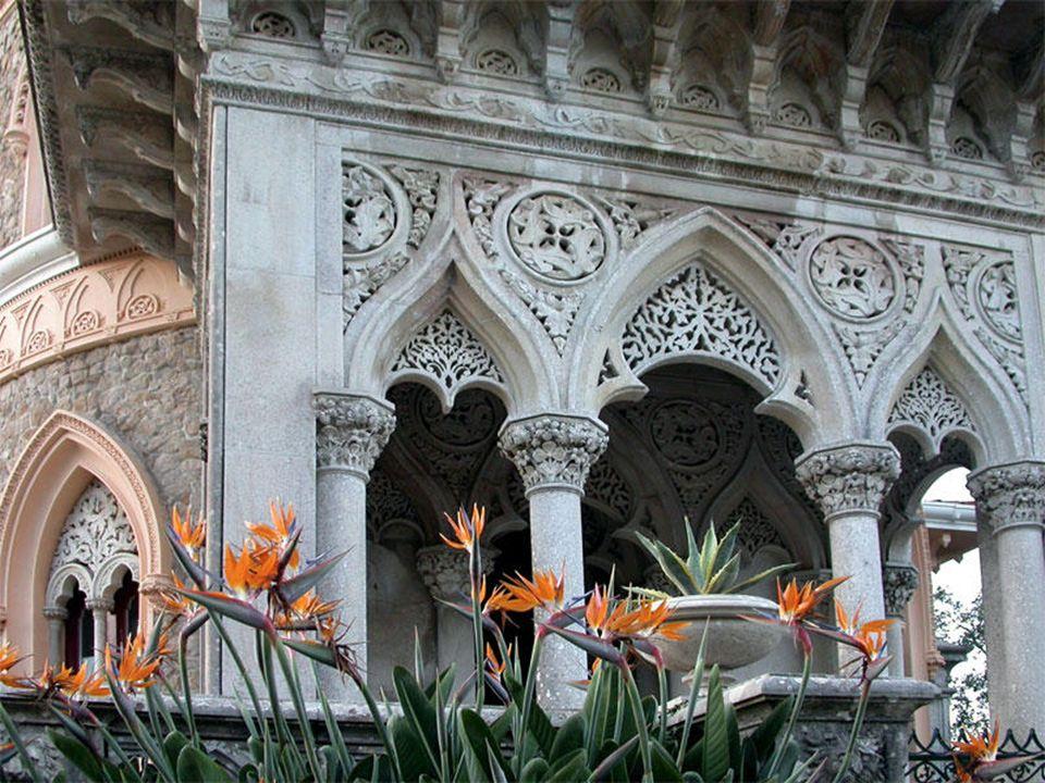 O recorte dos arcos, as cimalhas bastante avançadas, os quatro pequenos minaretes, que coroam o corpo central e as coberturas bulbosas, são em estilo