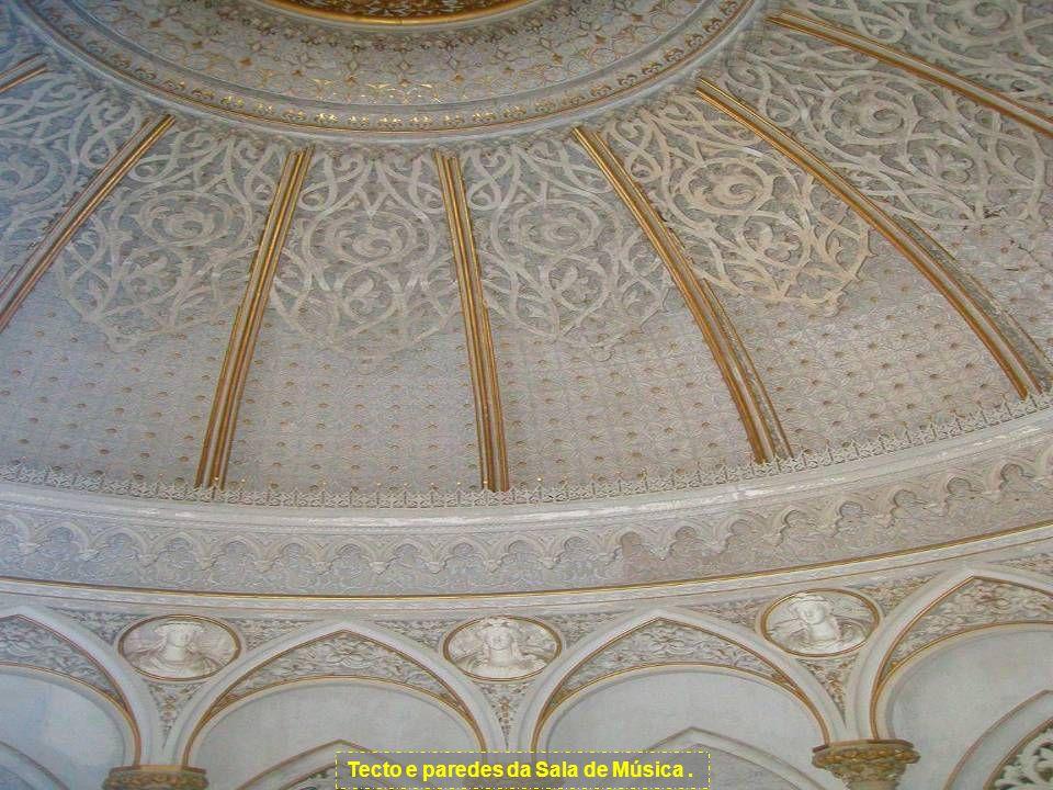 No interior, a exuberância decorativa dos estuques e capitéis acentua o carácter orientalizante do palácio, nomeadamente na Galeria e na Sala de Músic