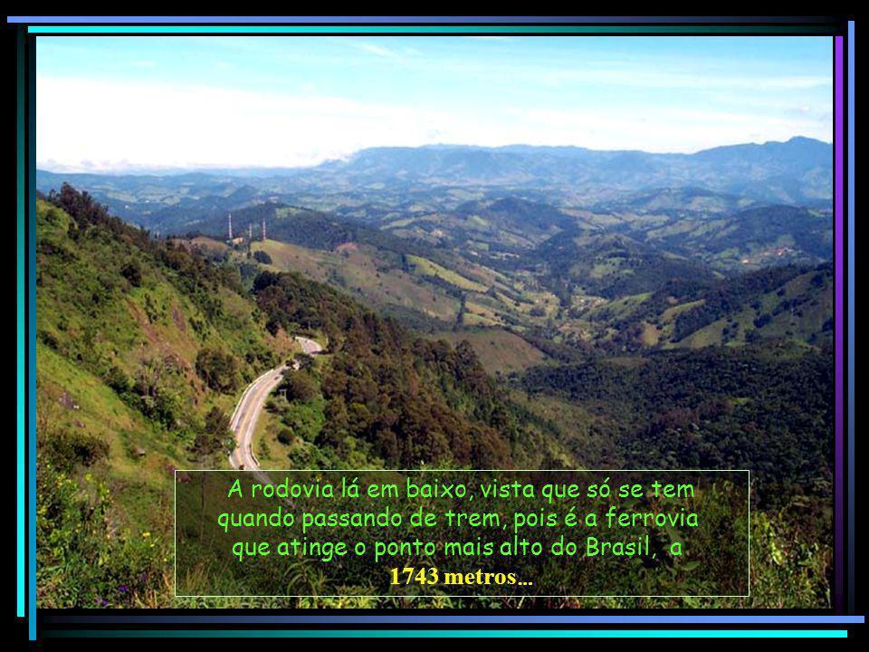 A rodovia lá em baixo, vista que só se tem quando passando de trem, pois é a ferrovia que atinge o ponto mais alto do Brasil, a 1743 metros …