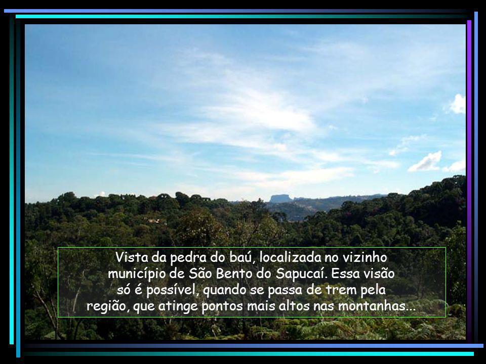 Vista da pedra do baú, localizada no vizinho município de São Bento do Sapucaí.