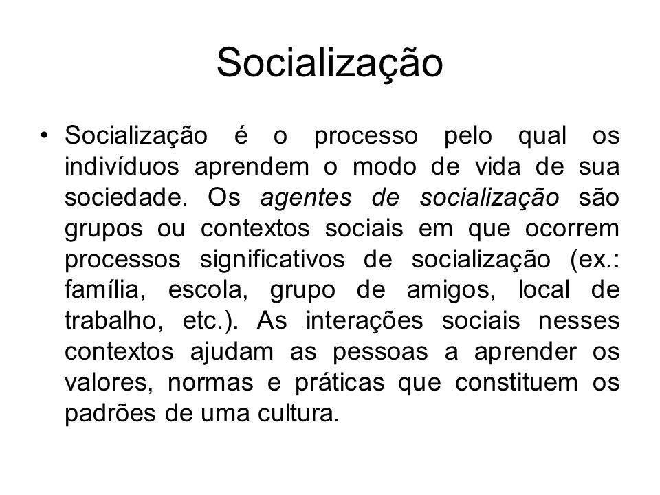 Socialização Socialização é o processo pelo qual os indivíduos aprendem o modo de vida de sua sociedade. Os agentes de socialização são grupos ou cont