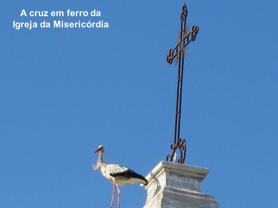 A cruz em ferro e dois pináculos de formas diferentes da Igreja da Misericórdia