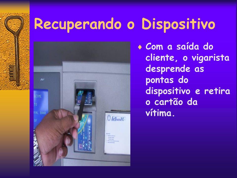 Recuperando o Dispositivo Com a saída do cliente, o vigarista desprende as pontas do dispositivo e retira o cartão da vítima.