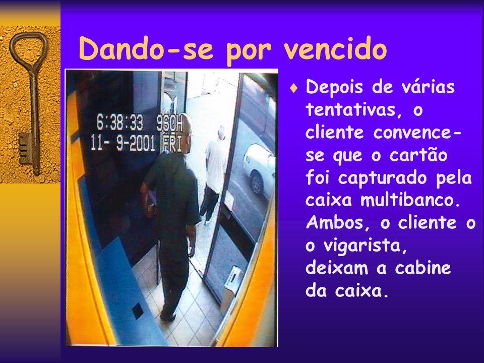 Apropriação do Cartão Convencido que o cliente foi embora, o vigarista regressa para sacar o cartão capturado no dispositivo.