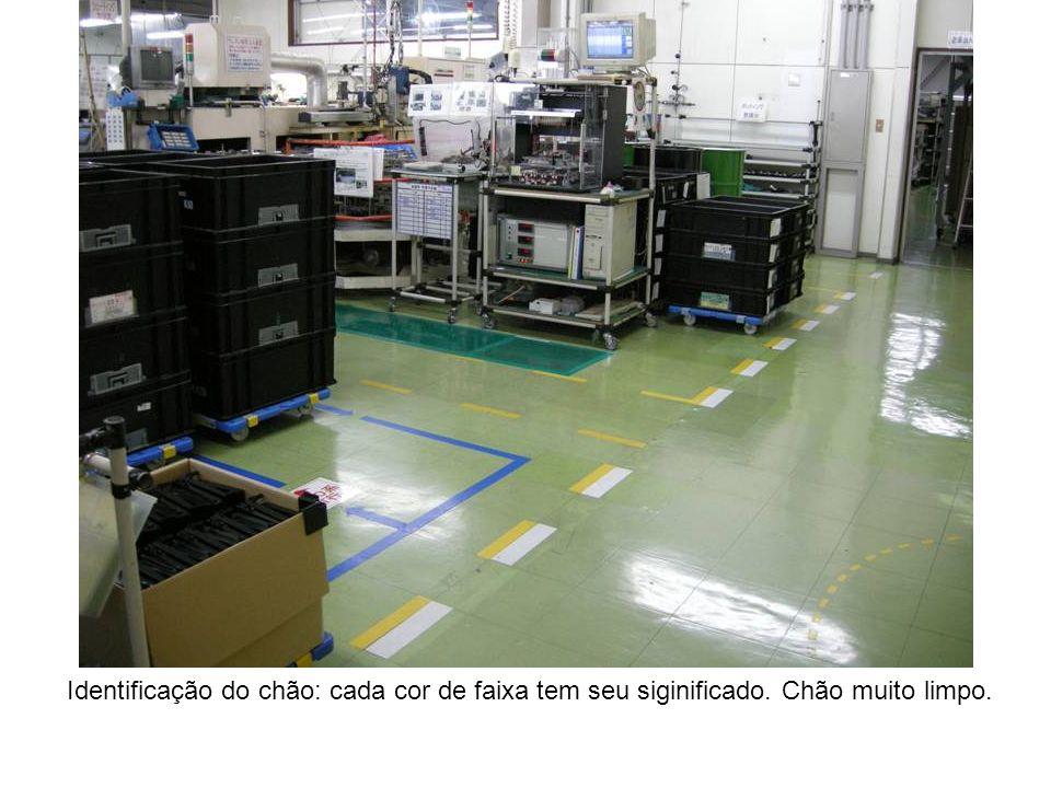 Identificação do chão: cada cor de faixa tem seu siginificado. Chão muito limpo.