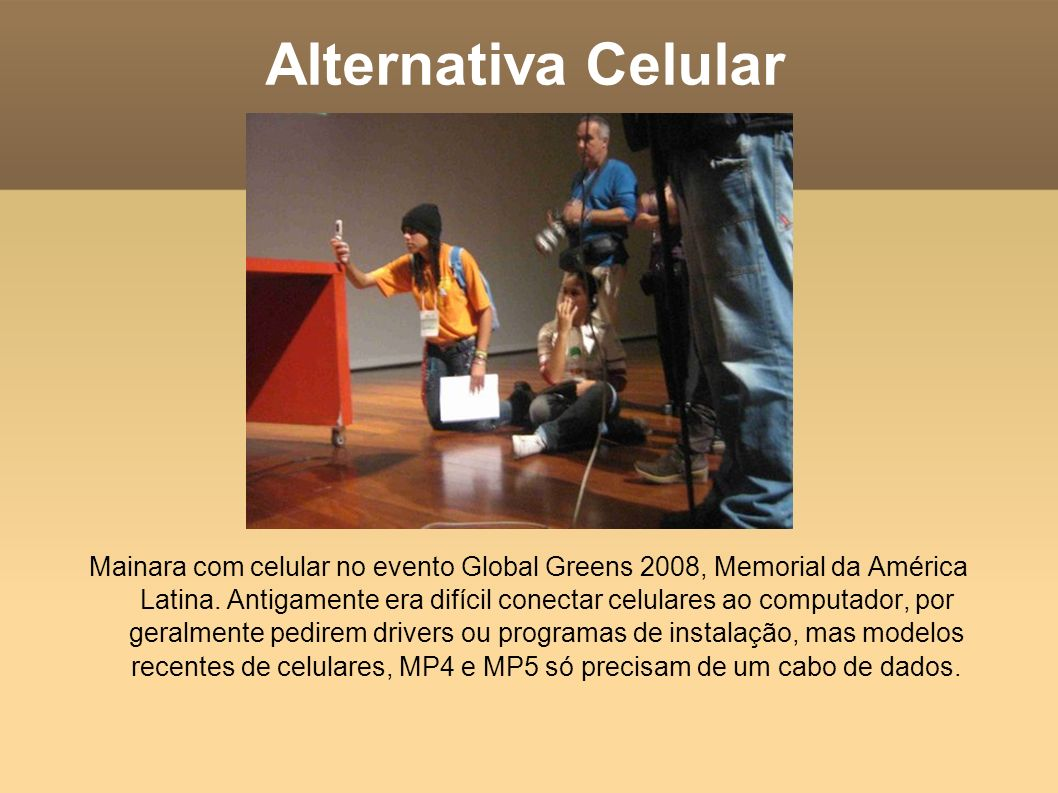 Alternativa Celular Mainara com celular no evento Global Greens 2008, Memorial da América Latina. Antigamente era difícil conectar celulares ao comput