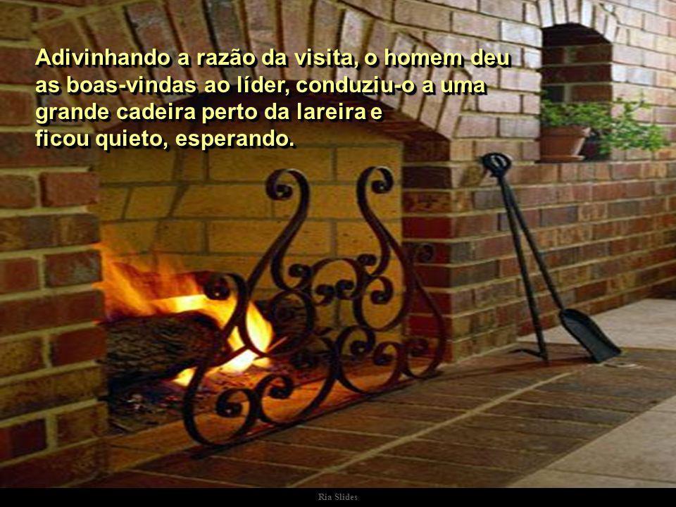 Ria Slides O líder encontrou o homem em casa, sozinho, sentado diante da lareira, onde ardia um fogo brilhante e acolhedor..
