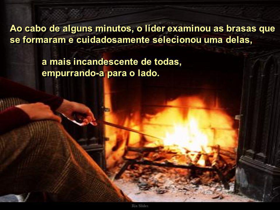 Ria Slides No silêncio sério que se formara, apenas contemplavam a dança das chamas em torno das achas de lenha, que ardiam..