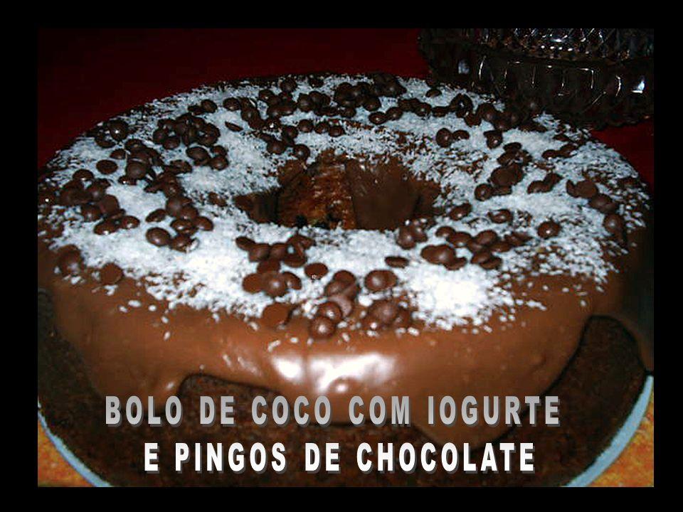 BOLO DE COCO COM IOGURTE E PINGOS DE CHOCOLATE
