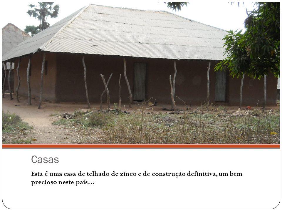 Casas Esta é uma casa de telhado de zinco e de construção definitiva, um bem precioso neste país…