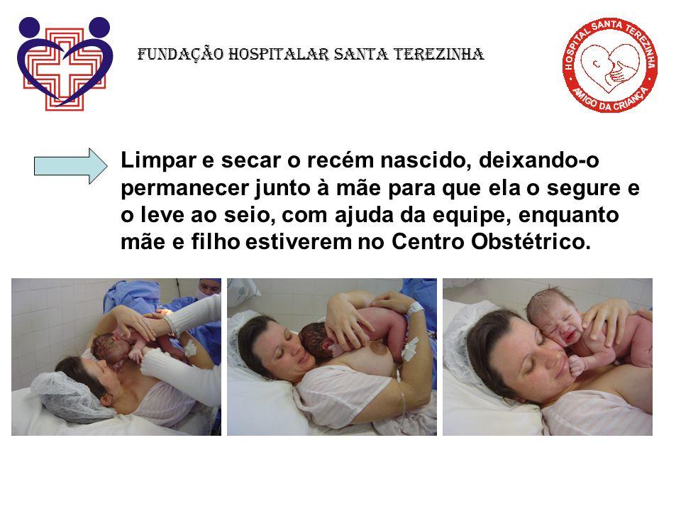 Limpar e secar o recém nascido, deixando-o permanecer junto à mãe para que ela o segure e o leve ao seio, com ajuda da equipe, enquanto mãe e filho es
