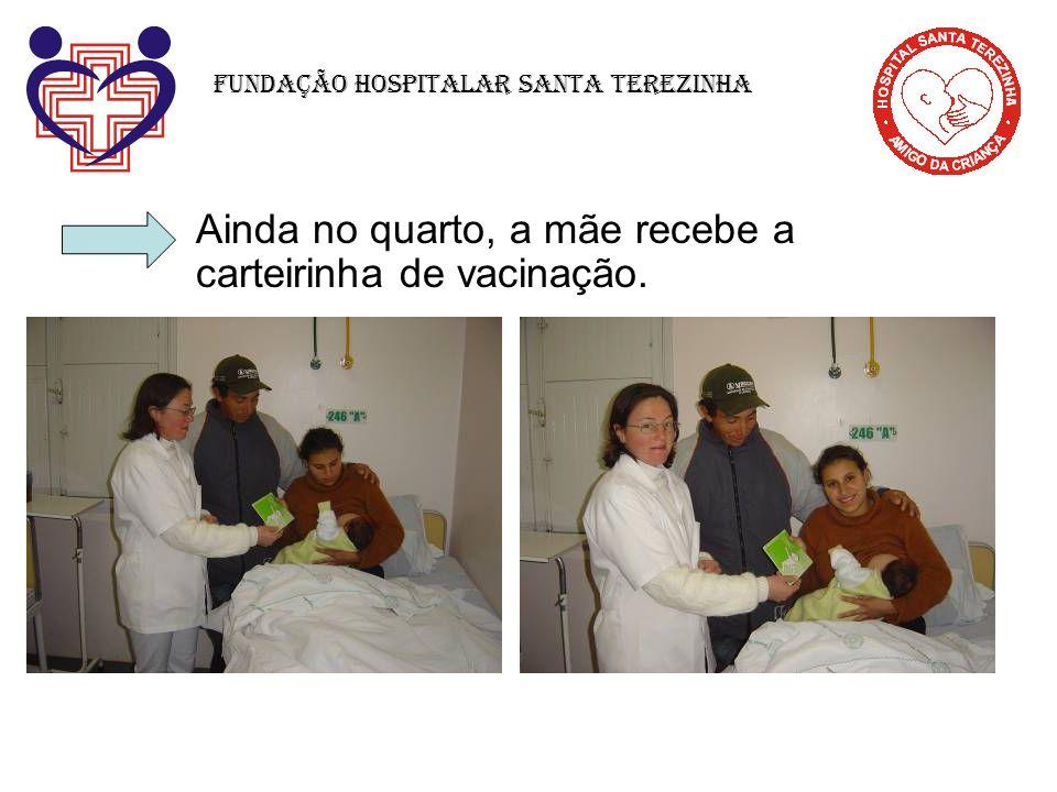 Ainda no quarto, a mãe recebe a carteirinha de vacinação. Fundação Hospitalar Santa Terezinha