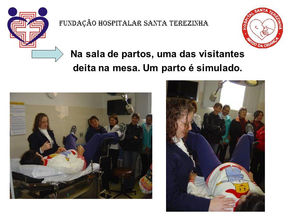 Na sala de partos, uma das visitantes deita na mesa. Um parto é simulado. Fundação Hospitalar Santa Terezinha