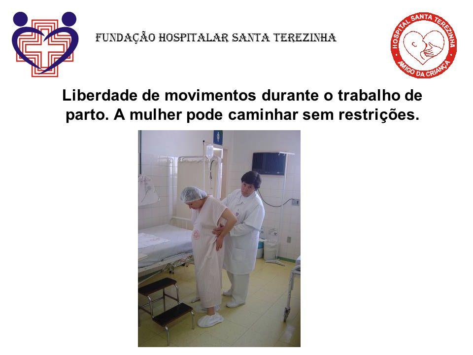 Liberdade de movimentos durante o trabalho de parto. A mulher pode caminhar sem restrições. Fundação Hospitalar Santa Terezinha