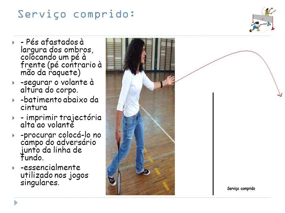 Serviço comprido: - Pés afastados à largura dos ombros, colocando um pé à frente (pé contrario à mão da raquete) -segurar o volante à altura do corpo.