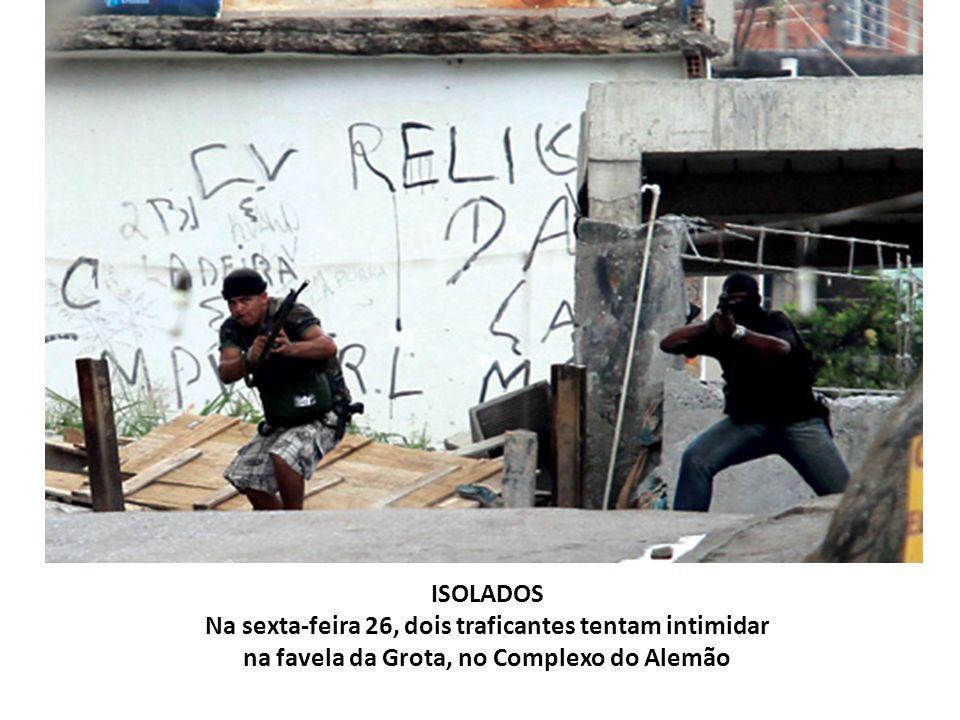 ISOLADOS Na sexta-feira 26, dois traficantes tentam intimidar na favela da Grota, no Complexo do Alemão