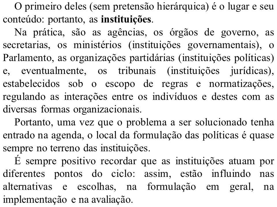 O primeiro deles (sem pretensão hierárquica) é o lugar e seu conteúdo: portanto, as instituições. Na prática, são as agências, os órgãos de governo, a