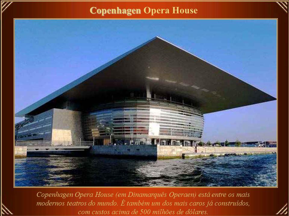 Com acústica excelente e palco moderno, a rica decoração interior é revestida de vermelho e ouro.
