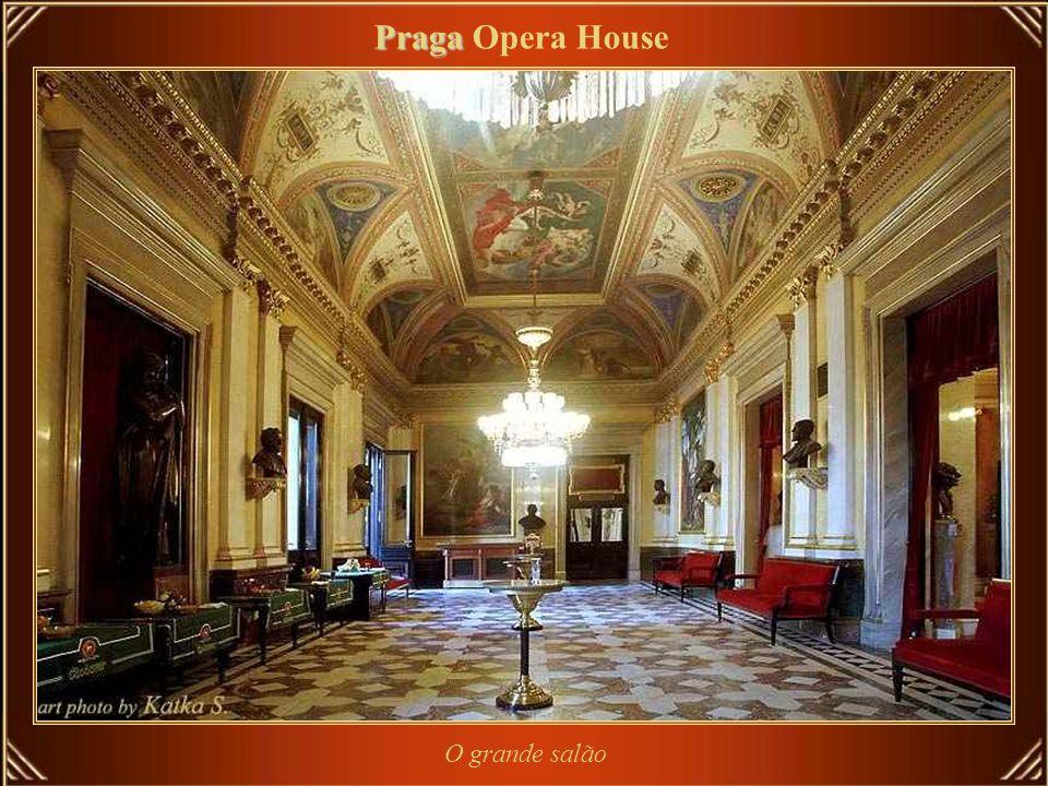 O Národní Divadlo ou National Theatre, em Praga, é conhecido como a Alma Mater da ópera Tcheca, e como o monumento nacional da história e da arte da T